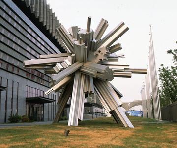 DING YI 丁乙 The Age of Information 資訊時代,2010年 800*800*700cm 不鏽鋼雕塑 圖片:ShanghART Gallery