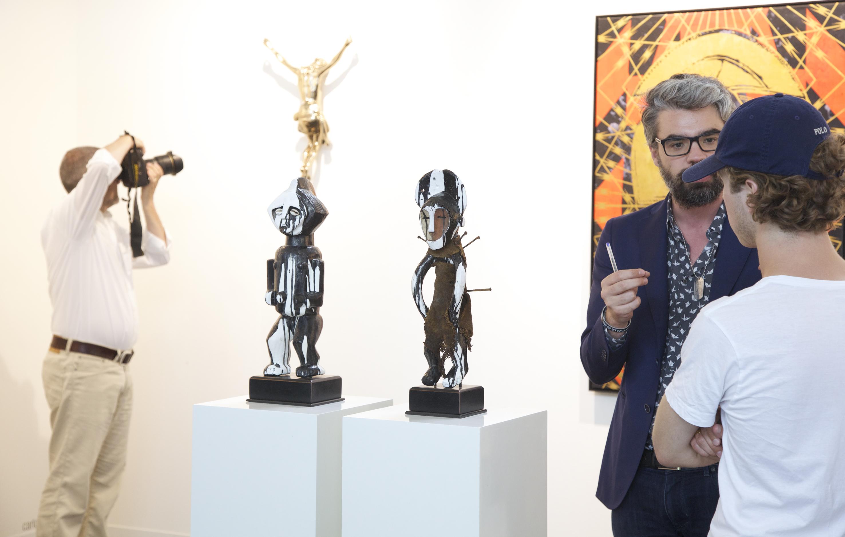 Francesco Giaveri (rechts von der ADN Galería, Barcelona) bespricht mit einem Sammler Werke von Carlos Aires und Kendell Geers | Foto: Nicholas Winter Photography with courtesy of VOLTA