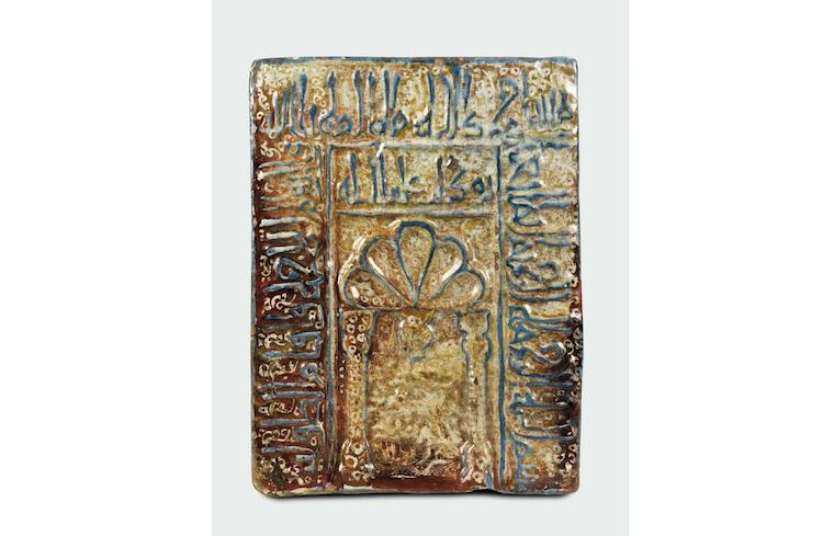 Persisk relief av majolika. 32x24 cm. Utrop: 186.000 SEK