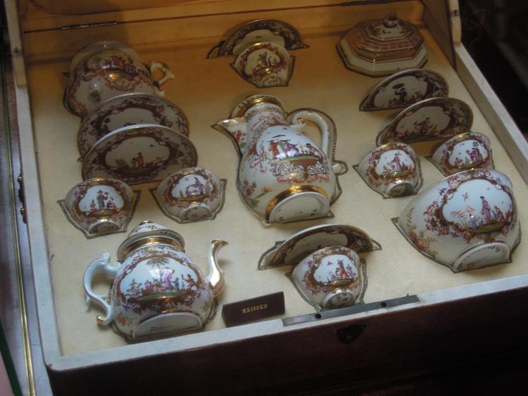 Så här är vi vana att se samlingar på Hallwylska. Grevinnans preciösa inköp av Meisen-porslin i etuier lika värdefulla som varje kopp och fat.