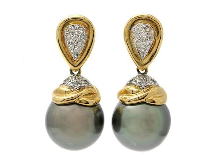 ÖRHÄNGEN, 18K guld, Tahitipärlor 12 mm, borrade, briljanter ca 0,21 ctv, stift, längd 2,6 cm, vikt 11,2 g, en diamant saknas, svaga fattningar. Utropspris 3 900 SEK.