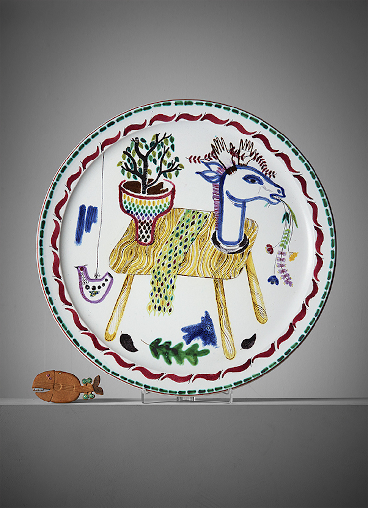 Stig Lindbergs fat i fajans från 1940-talet och Gustavsbergs Studio är unikt och ropas ut för 10 000 kronor. Bukowskis auktion innehåller mycket högklassig keramik.