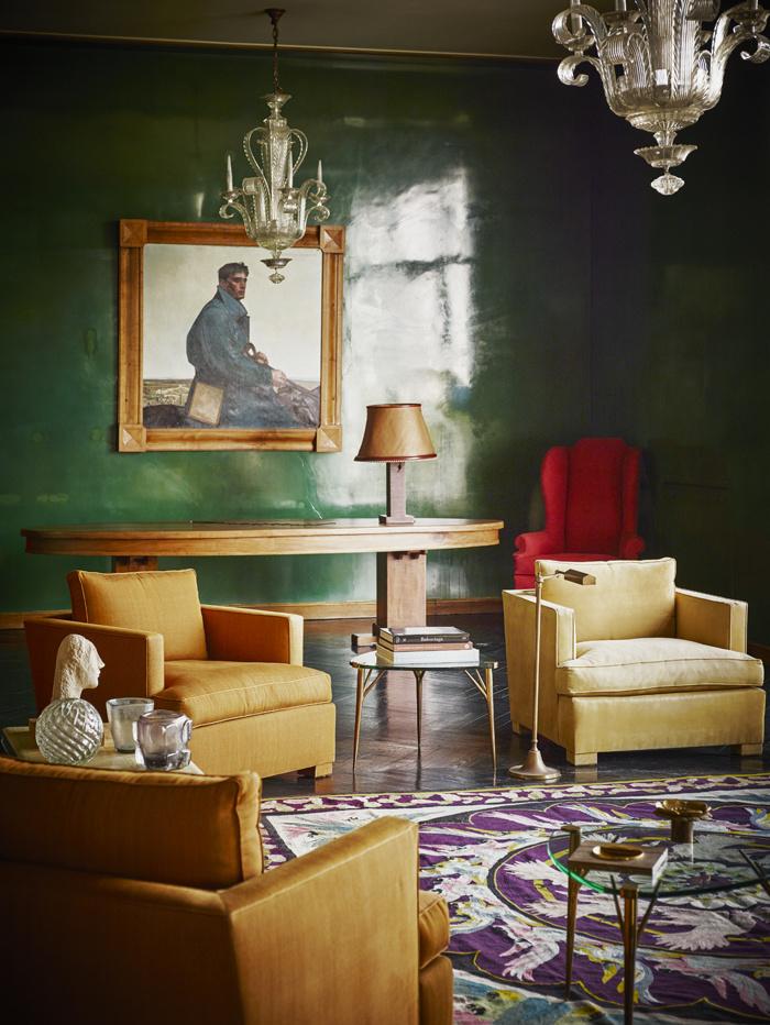 Skön färgskala där det samtida måleriet fått stå tillbaka för att ge plats för ett äldre porträtt
