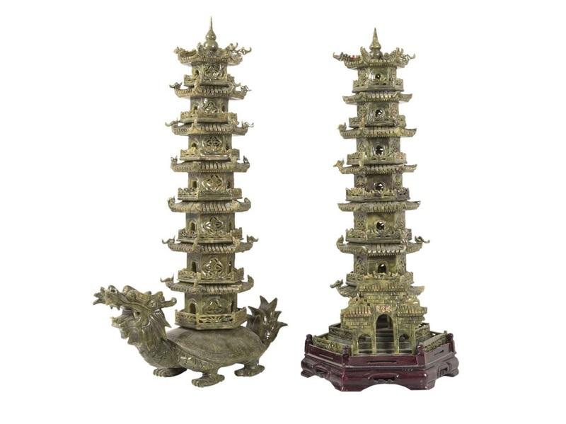Pareja de pagodas en jade verde, una de ellas con pie de tortuga con cabeza de dragón