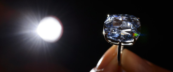 Le diamant bleu de 12.03 carats Image via AFP PHOTO / FABRICE COFFRINI