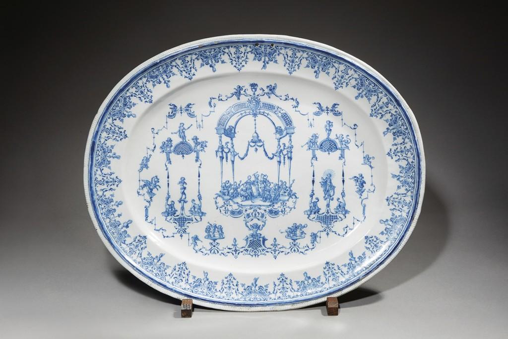 MOUSTIERS, Rare grand plat ovale à bord lisse en faïence au décor dans le goût de Bérain en camaïeu bleu Fabrique des Clérissy, début XVIIIè siècle