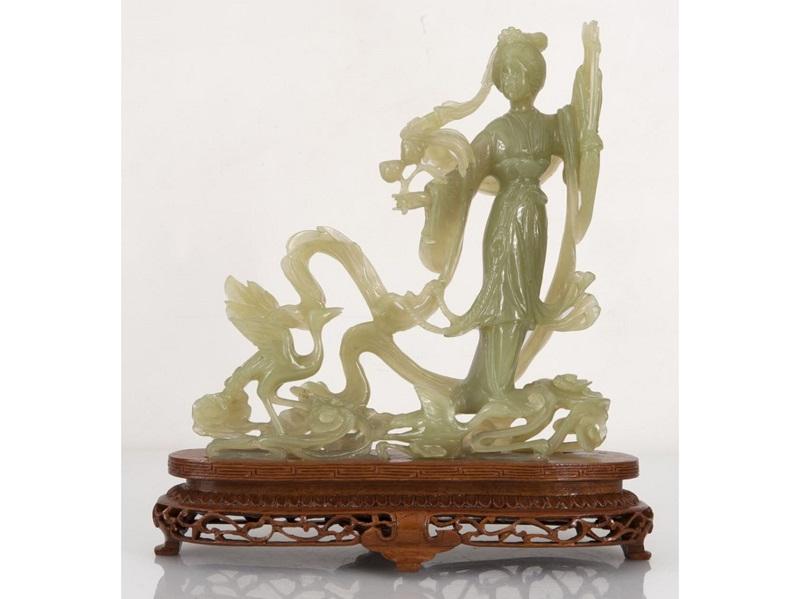 """Figura china tallada en jade. """"Geisha con flores y ave"""""""
