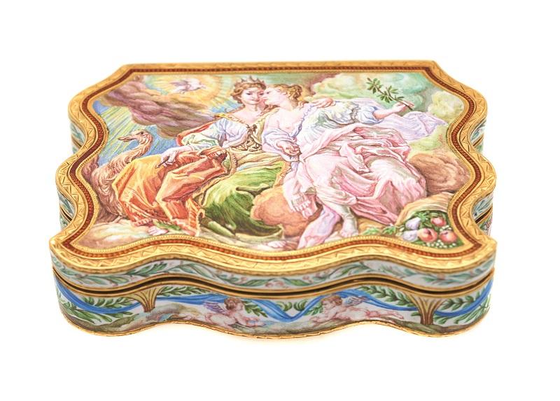 Caja en oro y esmalte con representación de Juno y Ceres en anverso y amorcillos en reverso