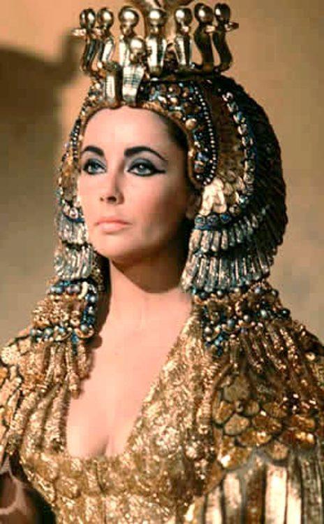 """Elizabeth Taylor en Cléopâtre dans le film """"Cléopâtre"""" en 1963"""