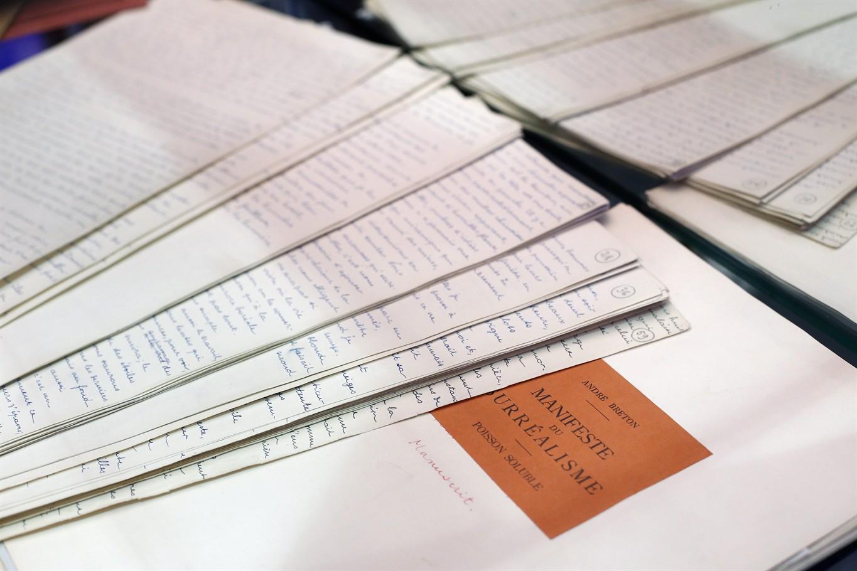 """Le manuscrit des """"Manifestes du Surréalisme"""" d'André Breton, partie de la collection Arisophil © Thibault Camus/AP/SIPA"""