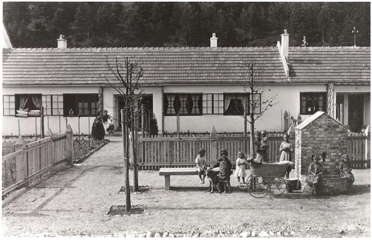 """Ett så kallat """"Siedlungshaus"""" från 1919 - 1920. Arkitekt: Frank, Josef. Photo: DigitaltMuseum"""