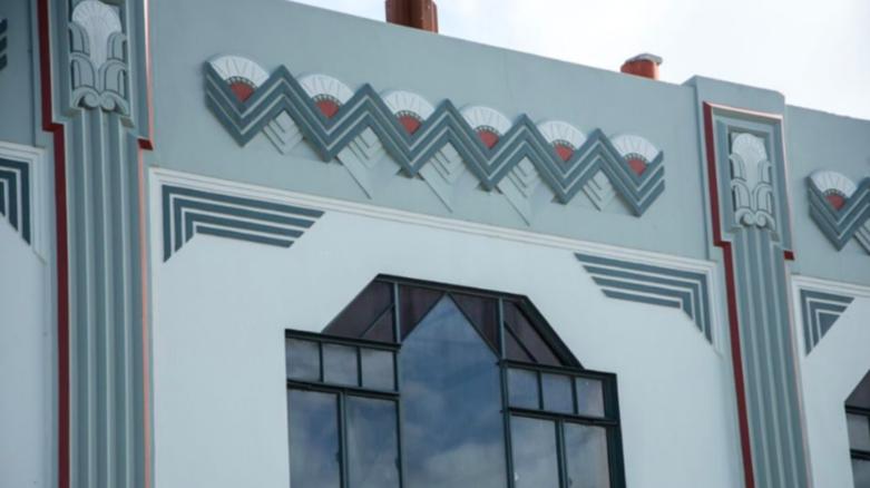 Le bâtiment Smith & Chambers de Napier présente une façade animée décorée de motifs en zigzag et de fougères et de fleurs locales. L'étage supérieur a été conçu comme des appartements, ce qui était inhabituel pour l'époque Image via CNN