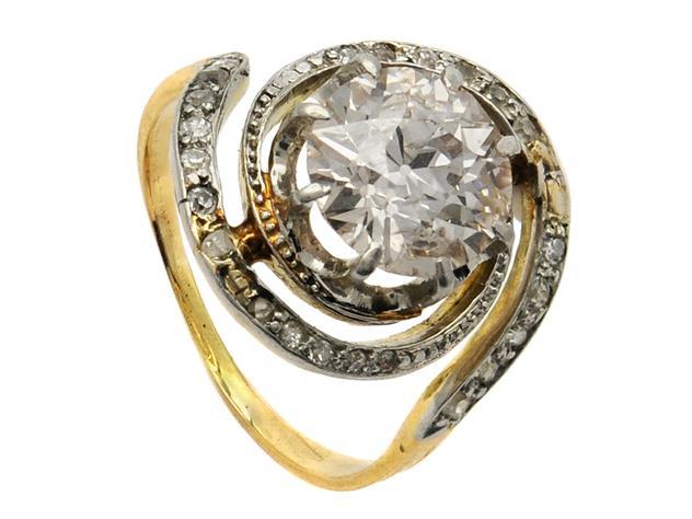 Ring, 18K guld/platina, gammalslipad diamant ca 1,71 ct, ca CA-Light Brown(M-O)/SI2-P1, svagt tonad av rosa färg, 20 åttkant och rosenslipade diamanter, stl 15,25 mm, vikt 3,6 g, tennlödningar, nagg på rondist, ask. Utrop: 20.500 Sek. Kaplans Auktioner