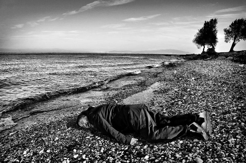 Ai Weiwei sur l'île grecque de Lesbos.  Photo Rohit Chawla. India Today