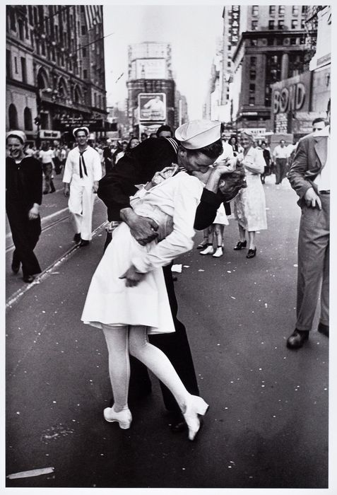 ALFRED EISENSTAEDT - The V-Day-Kiss, 1945