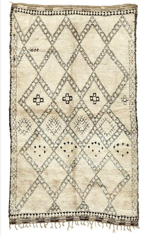 Just nu är marockanska mattor den hetaste trenden i svenska inredningar. På Bruun Rasmussen har du chans att köpa några som har lite ålder åtminstone