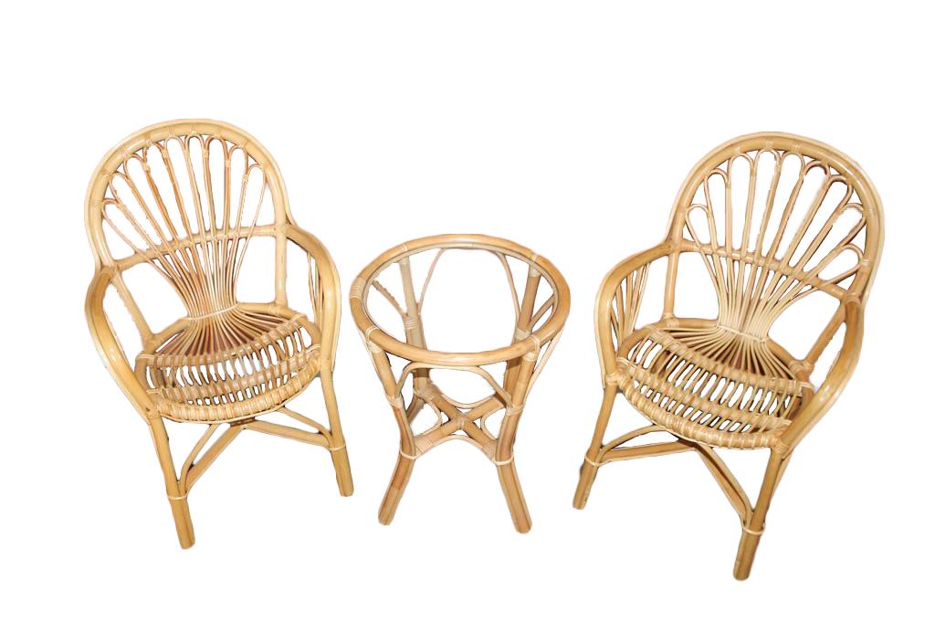 Två stolar och tillhörande bord i rotting. Tradera. Utropspris: 600 kronor.