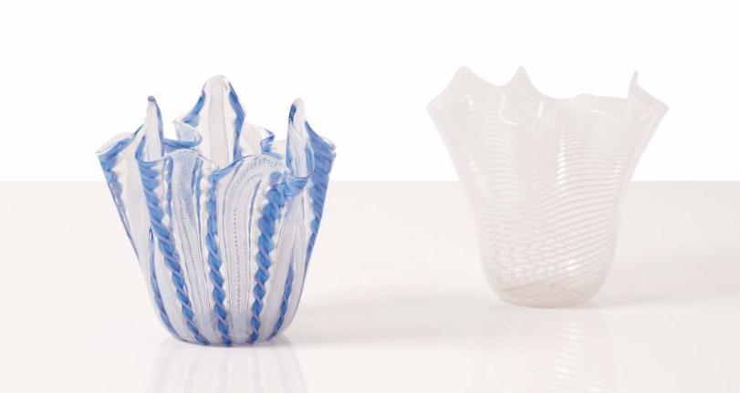 """Salviati Deux vases """"mouchoirs"""", l'un à filets blancs, l'autre à torsades blanches et bleues Image via Leclere"""