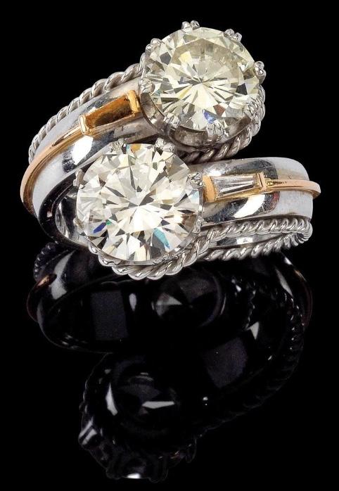 Ring aus Weiß- und Gelbgold mit zwei Brillanten (zus. ca. 6,60 ct) und einem Diamanten im Trapezschliff (ca. 0,10 ct) Rufpreis: 40.000 EUR