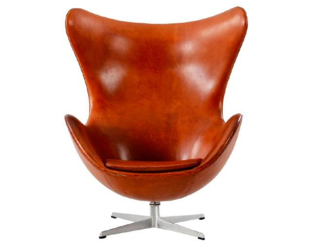 """Nr 23. Arne Jacobsen, """"Ägget"""" / """"Ægget"""", via Fritz Hansen, tidigt 1960-tal. Klädd i cognacbrunt läder. Utrop: 50.000 sek. Formstad Auktioner"""