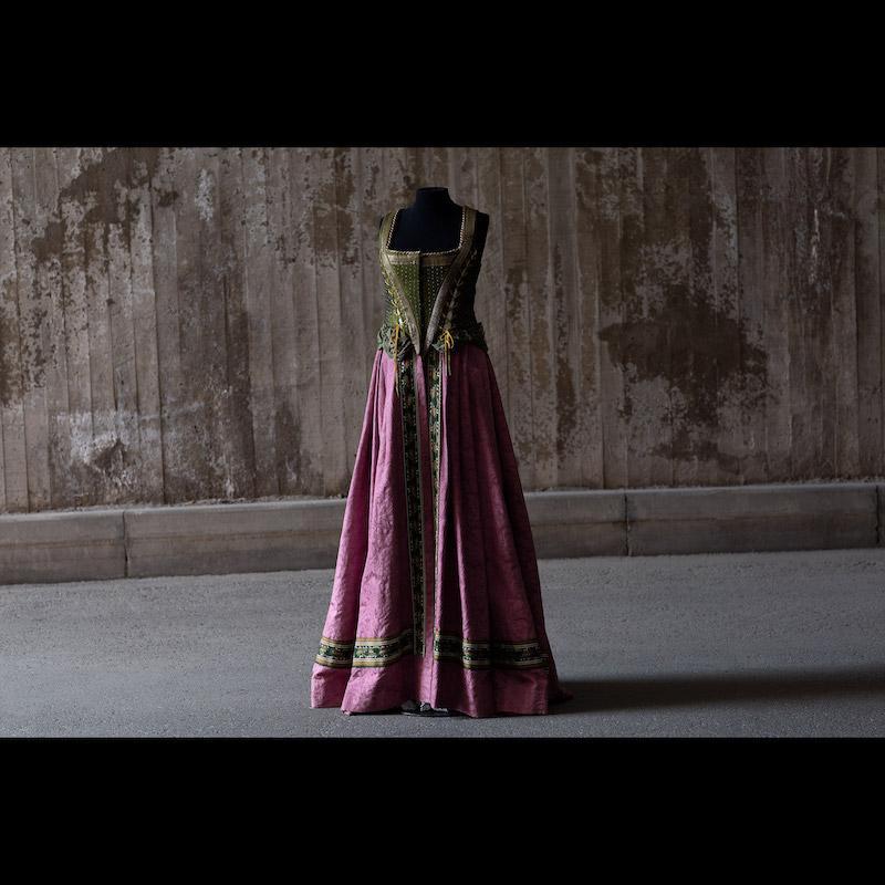 Operan Rigoletto hade premiär den 12 september 1987 på Kungliga Operan.Design Agneta Skarp och regi Georg Malvius. Rosa brokadkjol med bandbesättningar och korsetterat liv sytt av en indisk sari. Buren av Kronprinsessan Viktoria 2001 på Kungaparets silverbröllopsfest. Storlek medium.