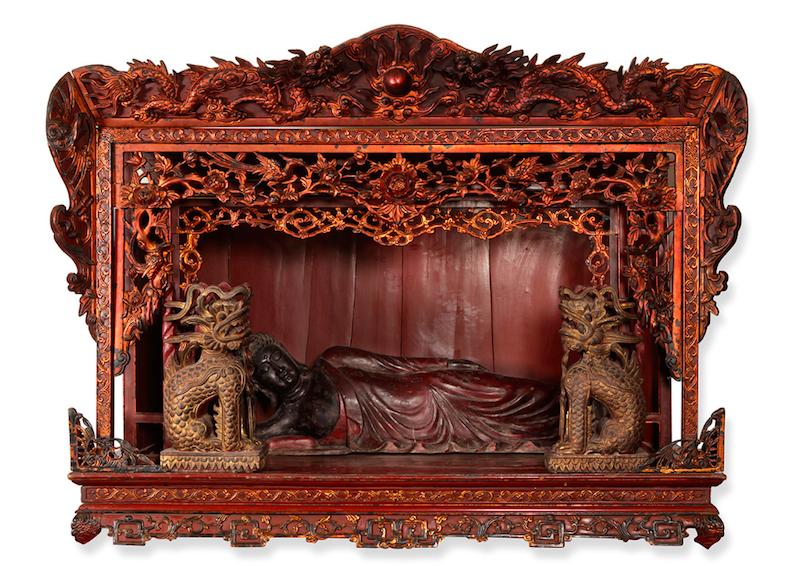 Altare med liggande Buddha. Vietnam, Son La, 1700-tal.Träsniderier, målade och förgyllda, med träfigur i lackad teak.