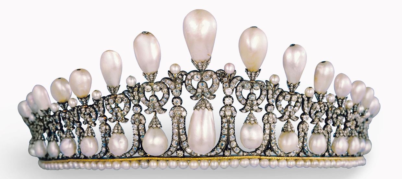 La tiare Cambridge Lover's Knot a été créée au début du 19ème siècle, peut-être en Allemagne, pour la princesse Augusta de Hesse Cassel, duchesse de Cambridge Image via Christie's