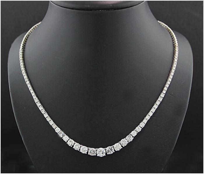 Halsband i vitt guld med diamanter totalt 12 karat. Auktionen avslutas den 20 december 20.00. Utrop: 130.000 SEK