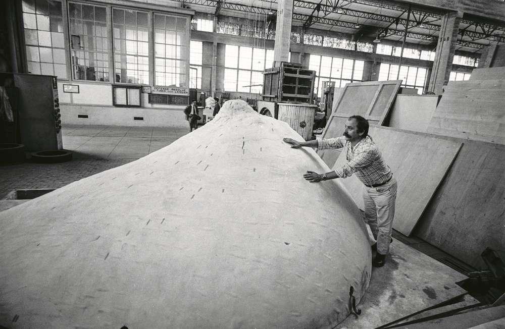 César lors de la conception de la sculpture le Sein la fonderie Schneider de Montchanin (Saune-et-Loire, France), 1967
