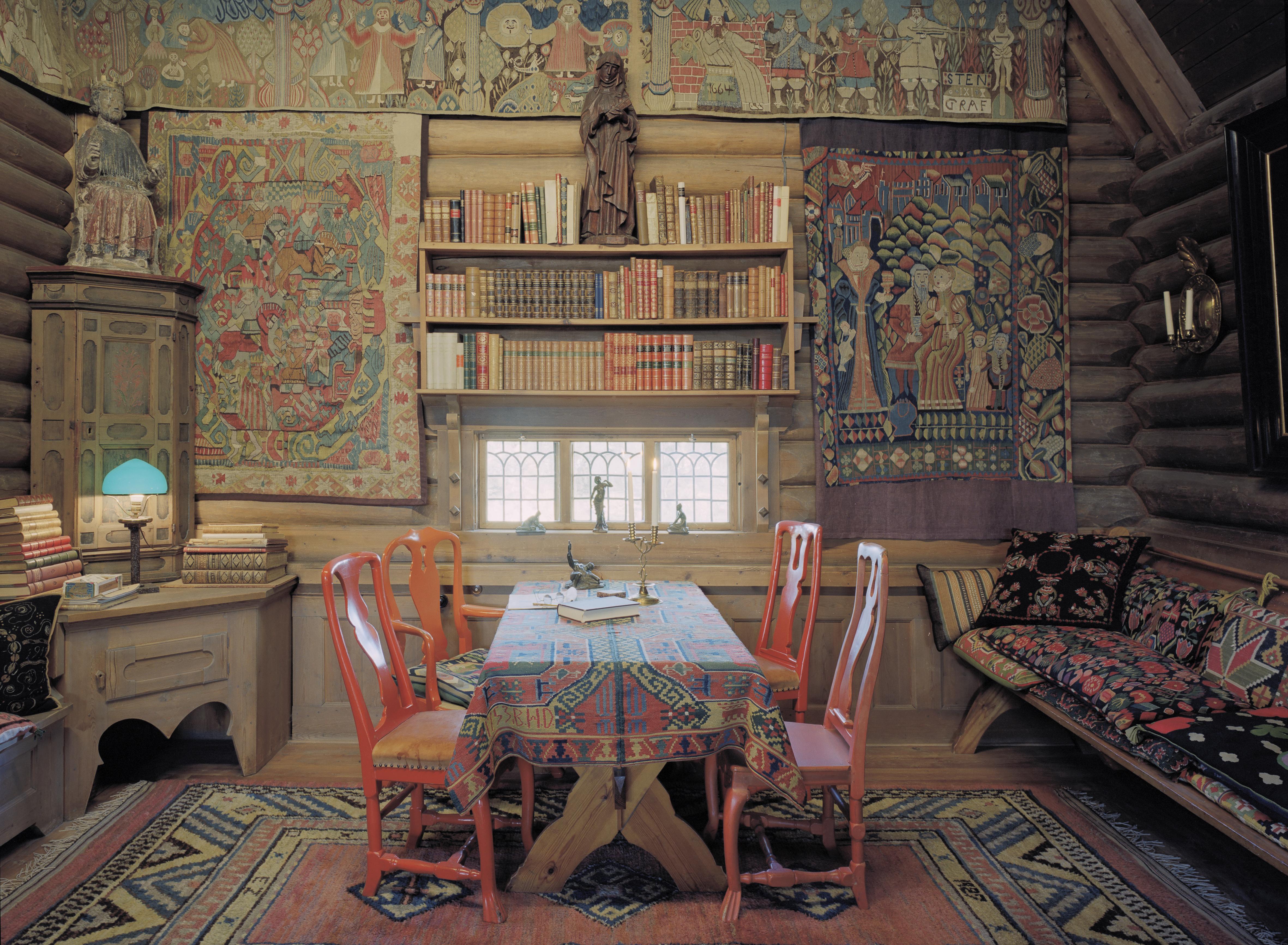 En del av det stora rummet går under namnet Nordiska hörnan efter de norska och danska vävtapeterna som hänger på väggarna. Foto Åke E:son Lindman
