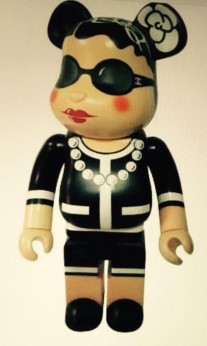 BEARBRICK - Chanel 1000% 645/1000, designed von Karl Lagerfeld Schätzpreis: 12.500-16.500 EUR Auktionsende: 11. Dezember, 14 Uhr