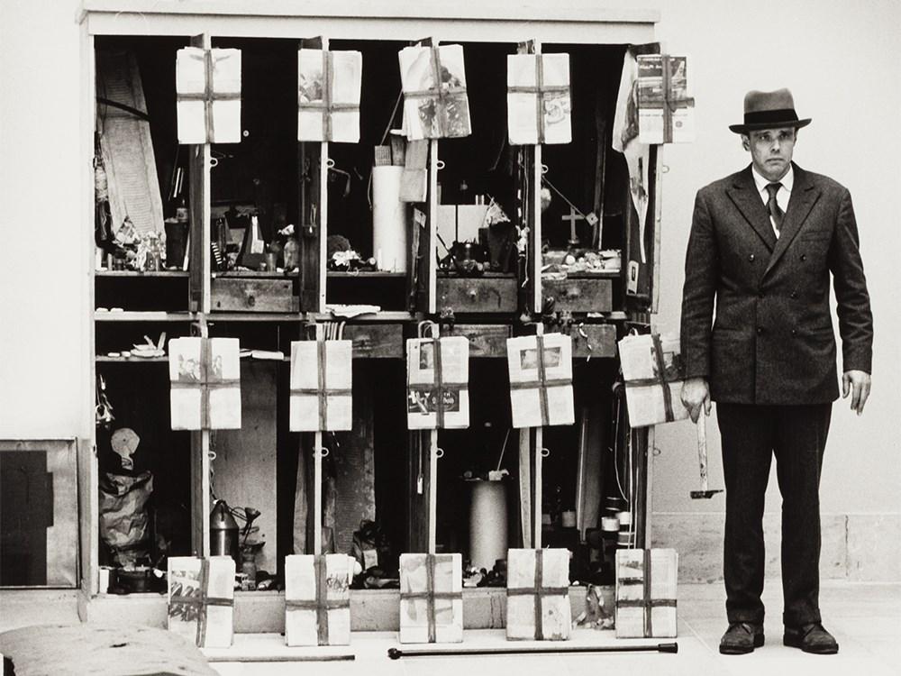 Stefan Moses (geb. 1928), Joseph Beuys, Hirschjagd, 1968, Vintage Silbergelatineabzug Startpreis: 240 EUR Auctionata