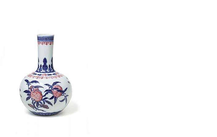 Flaschenvase mit unterglasurblauem und Pfirsichblütendekor, China, Qianlong-Periode (1735-1796)