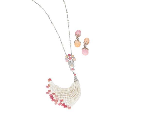 Ett utsökt halsband med tillhörande örhängen, gjort av äkta pärlor och diamanter. Utrop: Phillips auktions