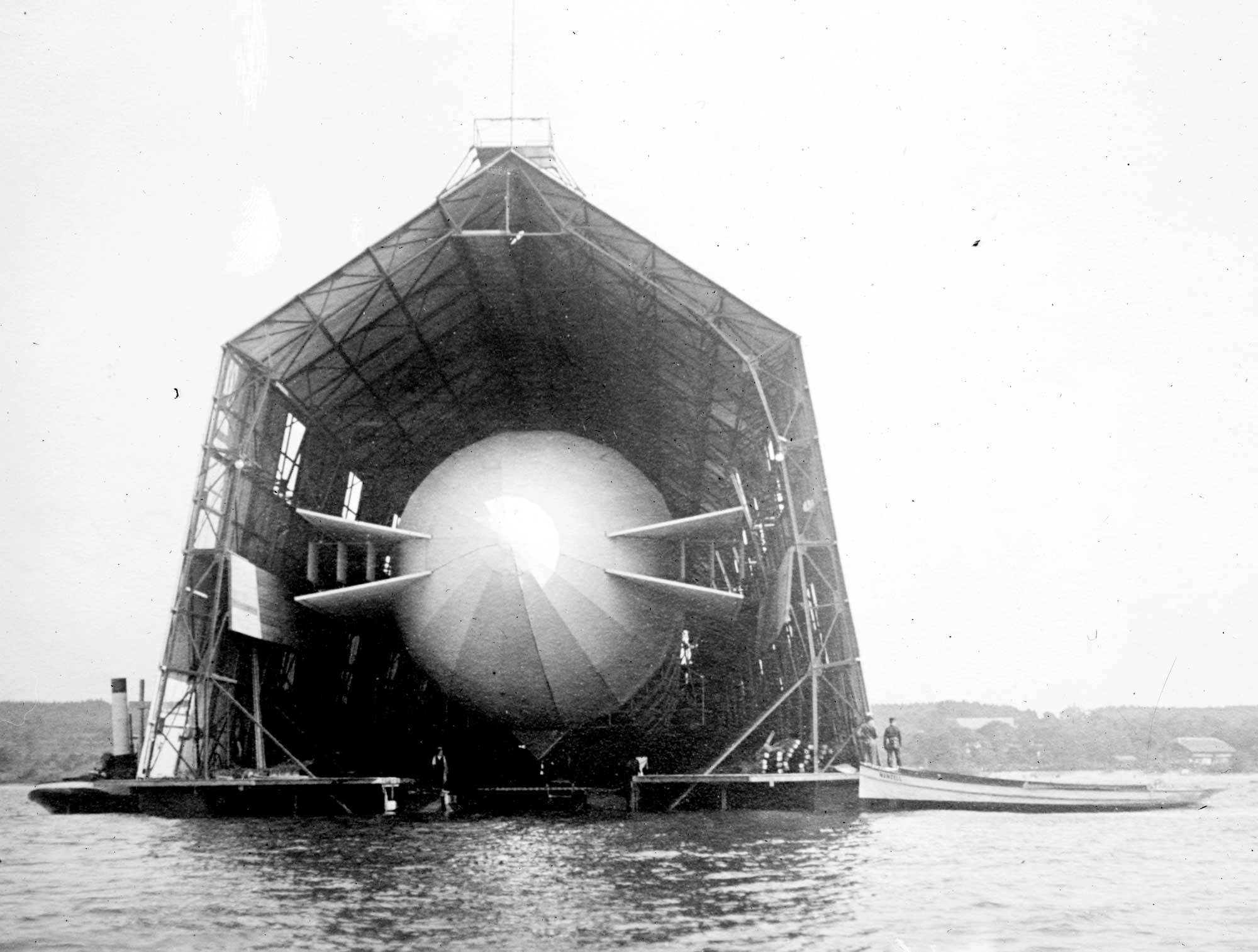 Schwimmende Zeppelinhalle auf dem Bodensee