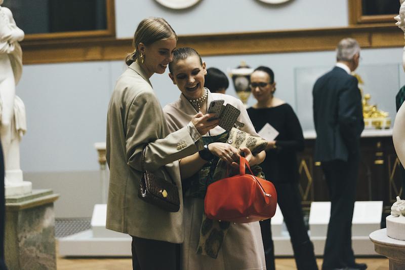 Idag uppmuntrar Nationalmuseum besökarna att använda mobiltelefonen, även i utställningen
