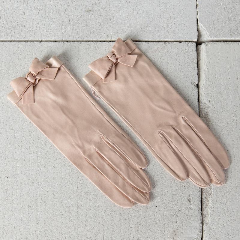 """Chanel. Korta handskar i puderrosa lammskinn. Dekor av rosett. Märkta """"CHANEL MADE IN FRANCE"""". Storlek 6½. På auktion hos Bukowskis Market den 16 mars."""