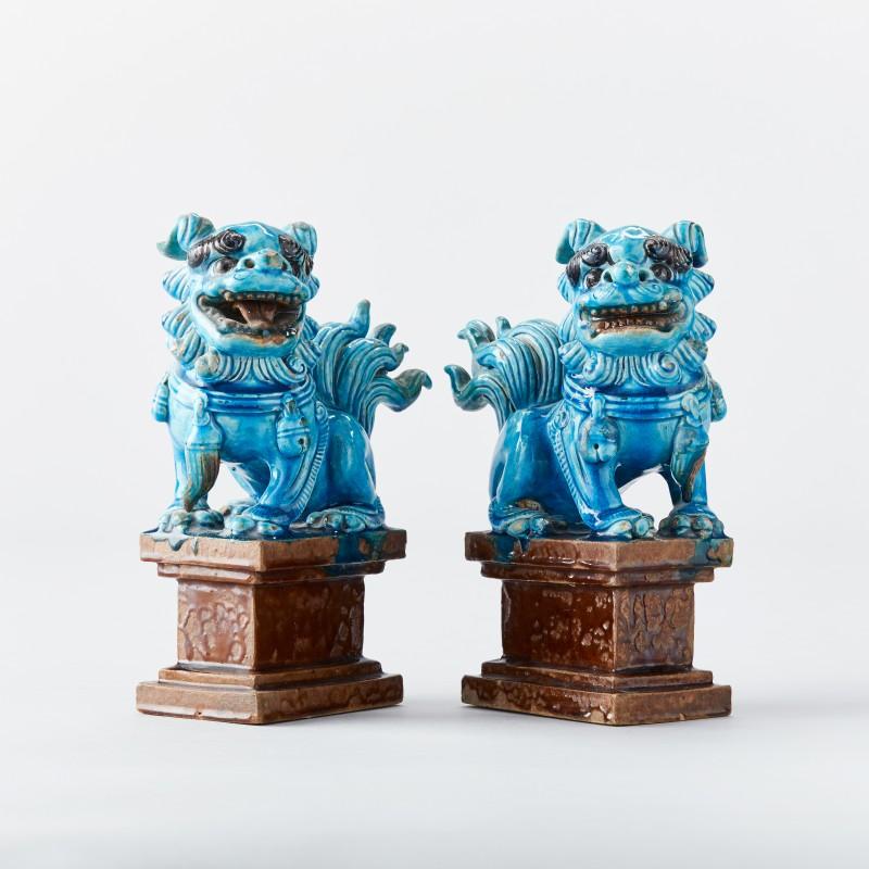 Figurer, ett par. Keramik. Kina, Qing. Glaserade i turkost och brunt. Foto: Uppsala Auktionskammare.