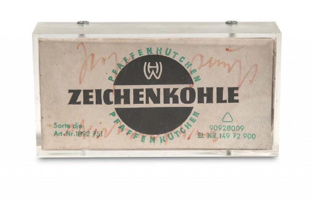 JOSEPH BEUYS - Zeichenkohle. Wirtschaftswert, farbig bedruckter Pappkarton mit Zeichenkohle darin, wohl um 1978