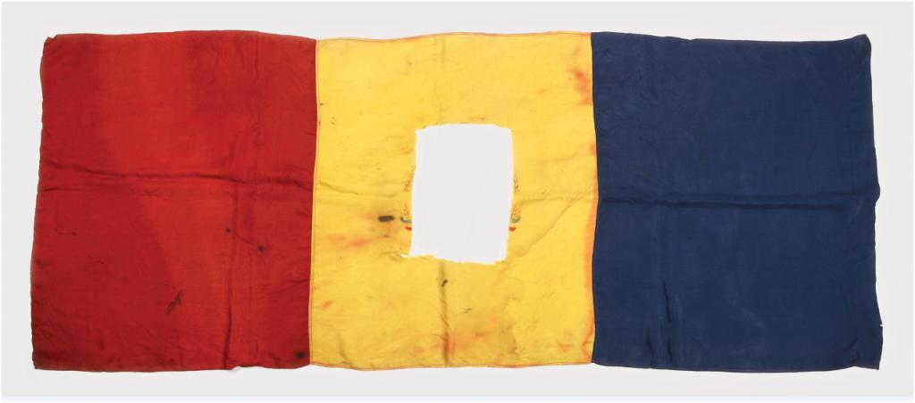 Rumänska flaggan - emblemet Rumänien skars av då flaggan användes under den rumänska revolutionen 1989. Utropspris: 300 SEK.