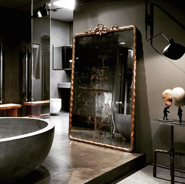 Vackra och magnifika speglar i förgyllt trä passar, som ni ser, i alla rum. Likaväl i en stor salong som på golvet i ett modernt badrum.