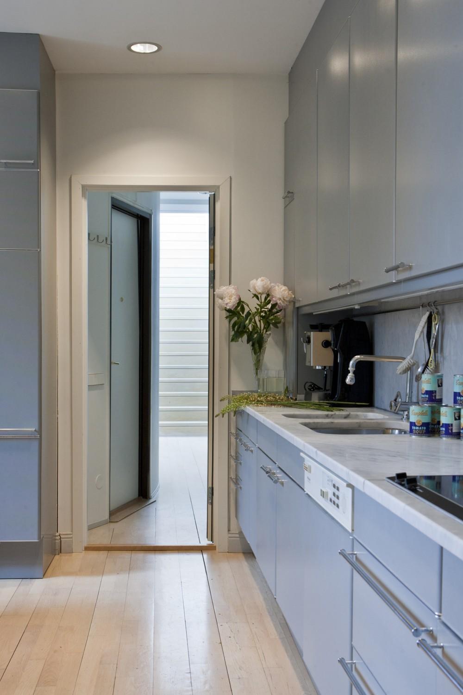 Die Küchenschränke sind von Poggenpohl, die Arbeitsflächen bestehen aus Carrara-Marmor