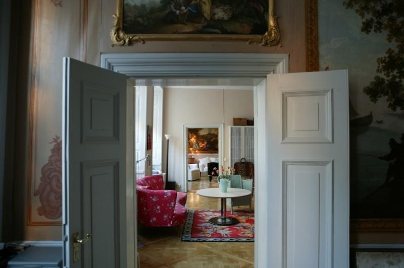 Vom Schlafzimmer geht der Blick durchs Arbeitszimmer bis zur Sofaecke des Wohnzimmers.