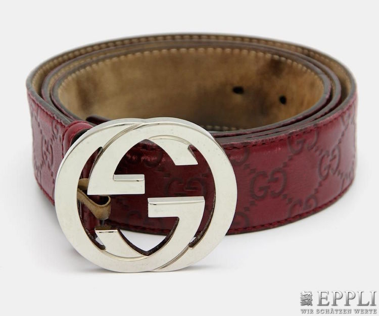 bältet i läder med spänne föreställande Guccis karaktäristiska logga. Ropas ut på Epplis auktion med Fashion & vintage på lördag