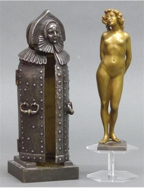 """Wiener Bronze - Stehende nackte Dame in """"eiserner Jungfrau"""", H: 26 cm, Carl Kauba (1865-1922), signiert Taxpreis: 350 EUR"""