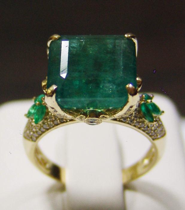 Anillo de oro amarillo con diamantes y esmeraldas