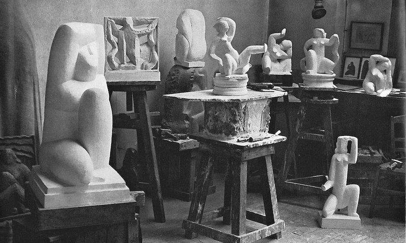 I bakgrunden skymtar auktionens skulptur, om än som gipsskupltur, i konstnärens ateljé