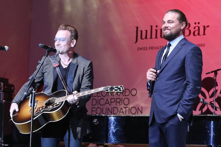 Bono från U2 på scen tillsammans med Leonardo di Caprio