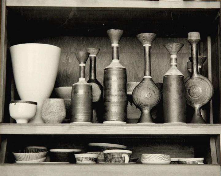 Arbeiten von Lucie Rie in ihrem Londoner Zuhause, 1950er Jahre | Foto via casswebsite.org