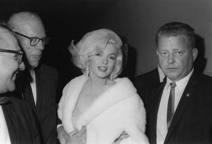 f0ecf4b4209a ... snart 45-årige John F. Kennedy deltar på en välgörenhetsmiddag vid  Madison Square Garden. Iförd en vit hermelinpäls anländer en superhet Marilyn  Monroe.